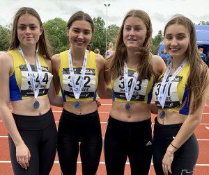 Silver medallist U17G relay team